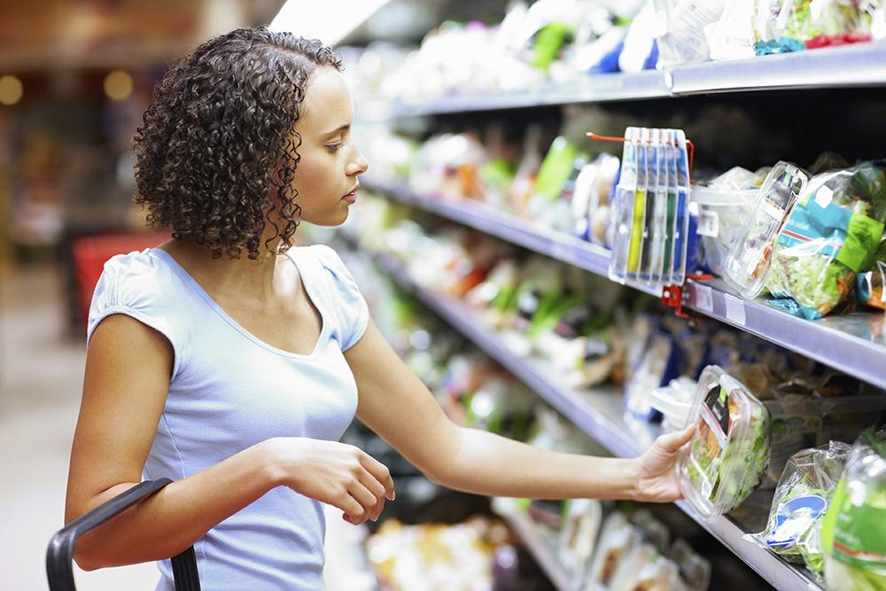 Kvinna tittar på sallad